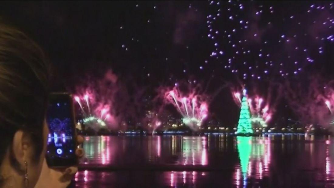 Celebran con fuegos artificiales encendido del árbol navideño más famoso de Brasil