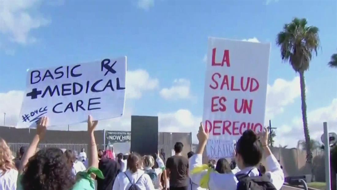Médicos se manifiestan frente a centro de detención de inmigrantes