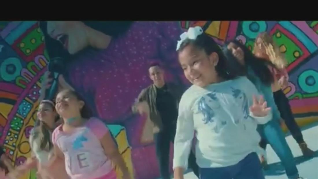 Mia García, una pequeña cantante, le rinde tributo a Selena en su videoclip
