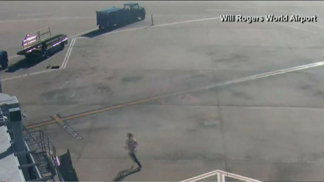 Joven se lanza desde un avión para escaparse de las autoridades