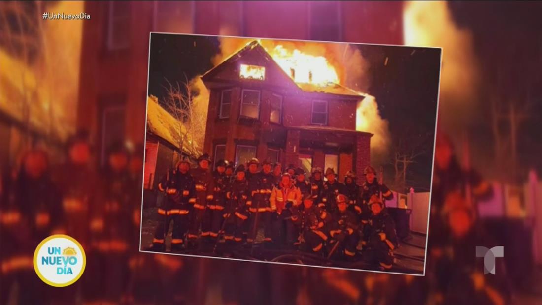 Bomberos causan polémica por posar frente a una casa en llamas