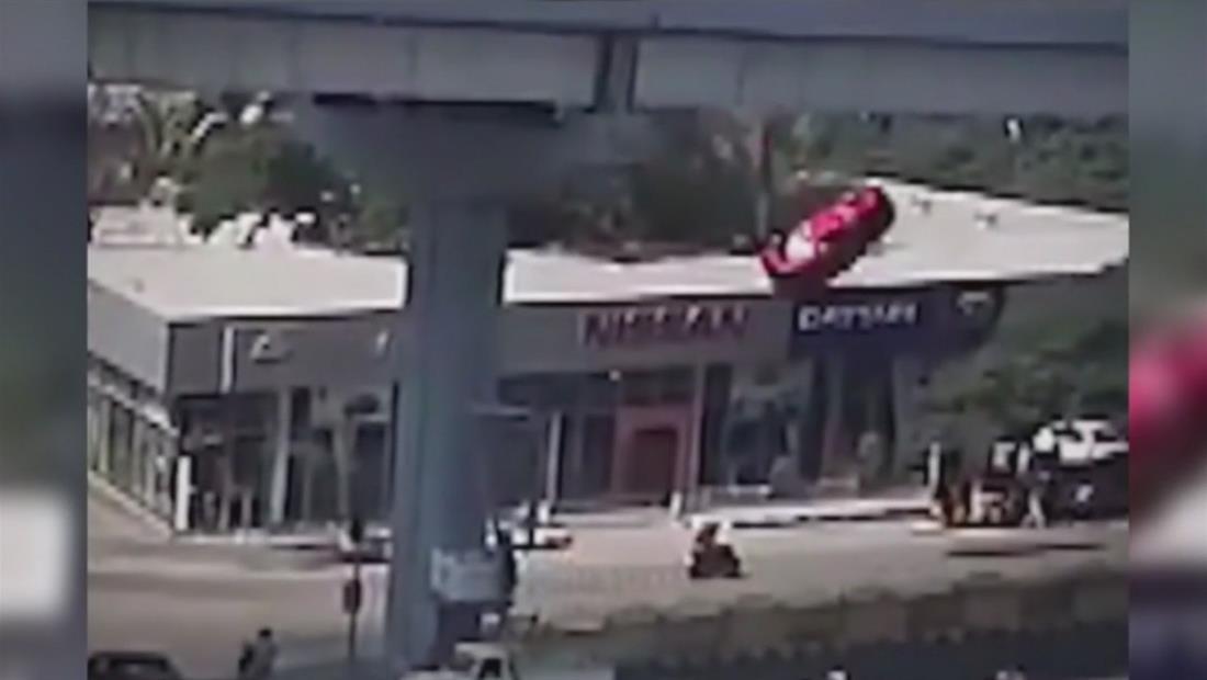 Auto sale volando y aplasta mortalmente a una mujer