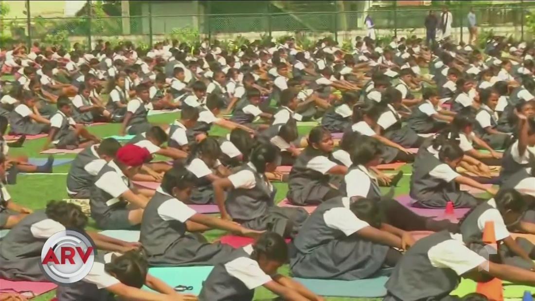 Más de 80 mil estudiantes practican yoga simultáneamente