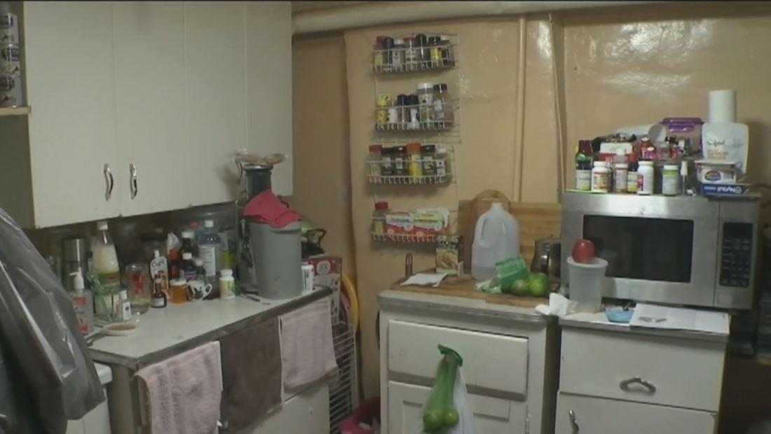 Inmigrante muestra cómo vive en un apartamento bajo tierra  en Nueva York