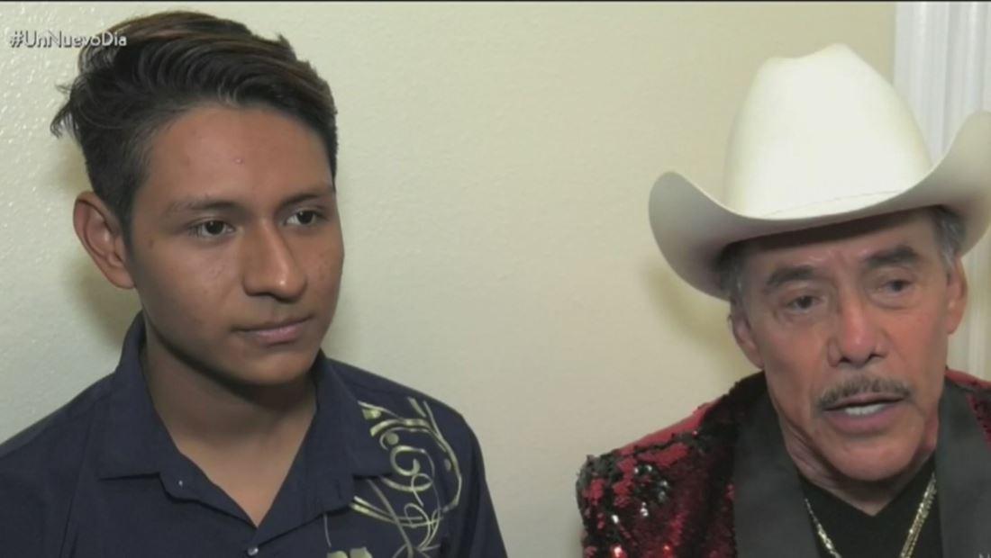Don Pedro Rivera ayuda a joven salvadoreño, expulsado del Desfile de las Rosas