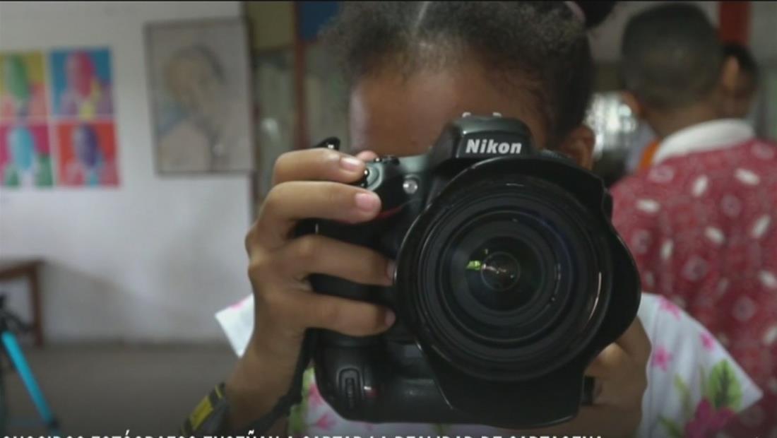 Fotógrafos enseñan a niños de bajos recursos a retratar su realidad en Cartagena