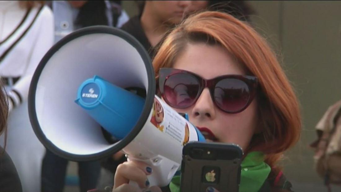 Estudiantes marchan contra el machismo y la violencia de género en Tijuana, México