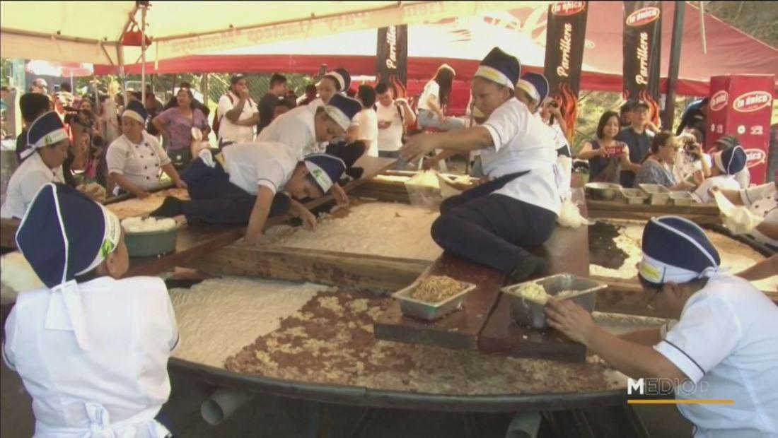El Salvador celebra el Día Nacional de la Pupusa elaborando la más grande del mundo