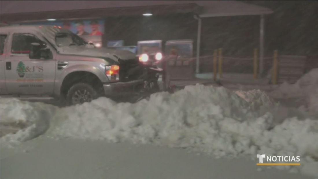 Un avión se sale de la pista en el aeropuerto de Chicago debido a la nieve que dejó la ola de frío
