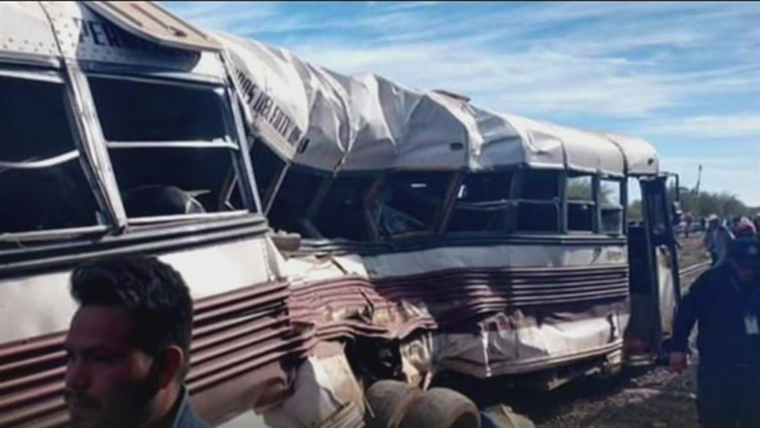 Tren de carga impacta a un autobús en Sonora dejando cinco muertos y más de 20 heridos