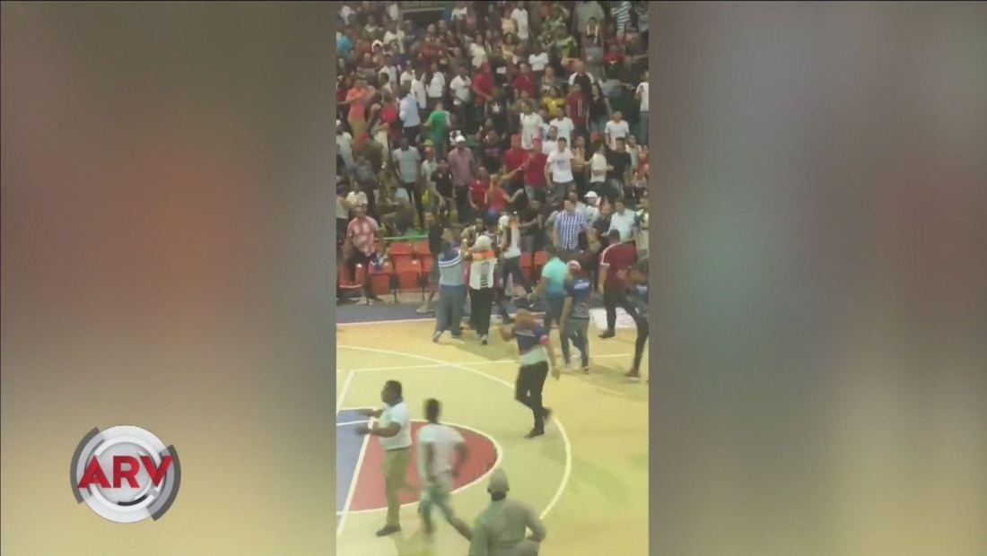 Jugadores y fanáticos de baloncesto formaron una batalla campal en medio de torneo