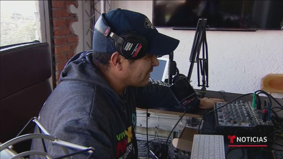 Mexicano deportado funda estación de radio y se convierte en un éxito entre los inmigrantes