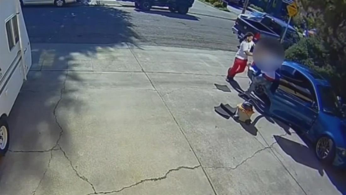 Asaltantes encañonan a un hombre mientras lavaba auto frente a su casa en California