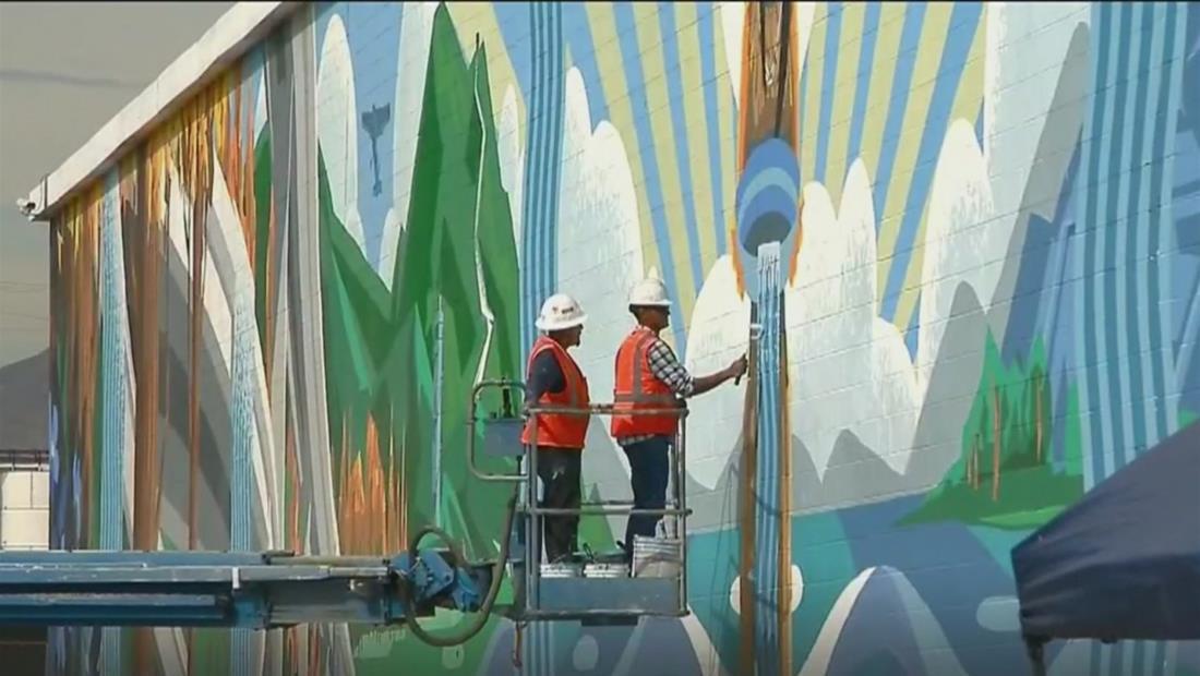 Artista en California pinta murales de reconocimiento a la comunidad latina