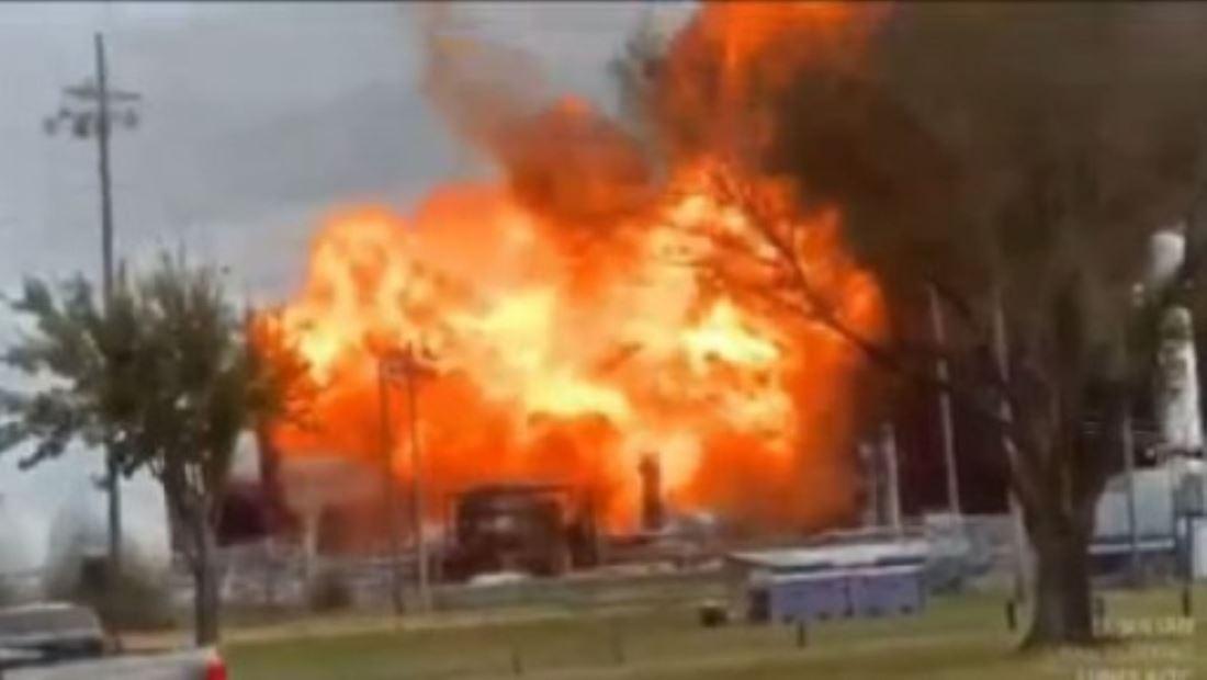 Impactantes imágenes de las explosiones en una planta petroquímica