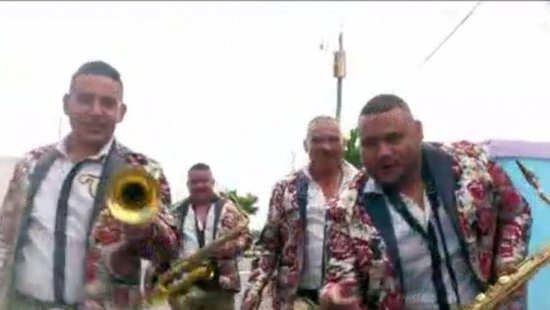 La Banda Los Costeños les dan una sorpresa a residentes de Miami