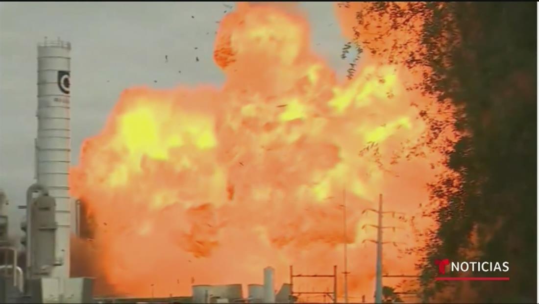 Evacúan a 60,000 personas por dos explosiones en una planta petroquímica de Houston