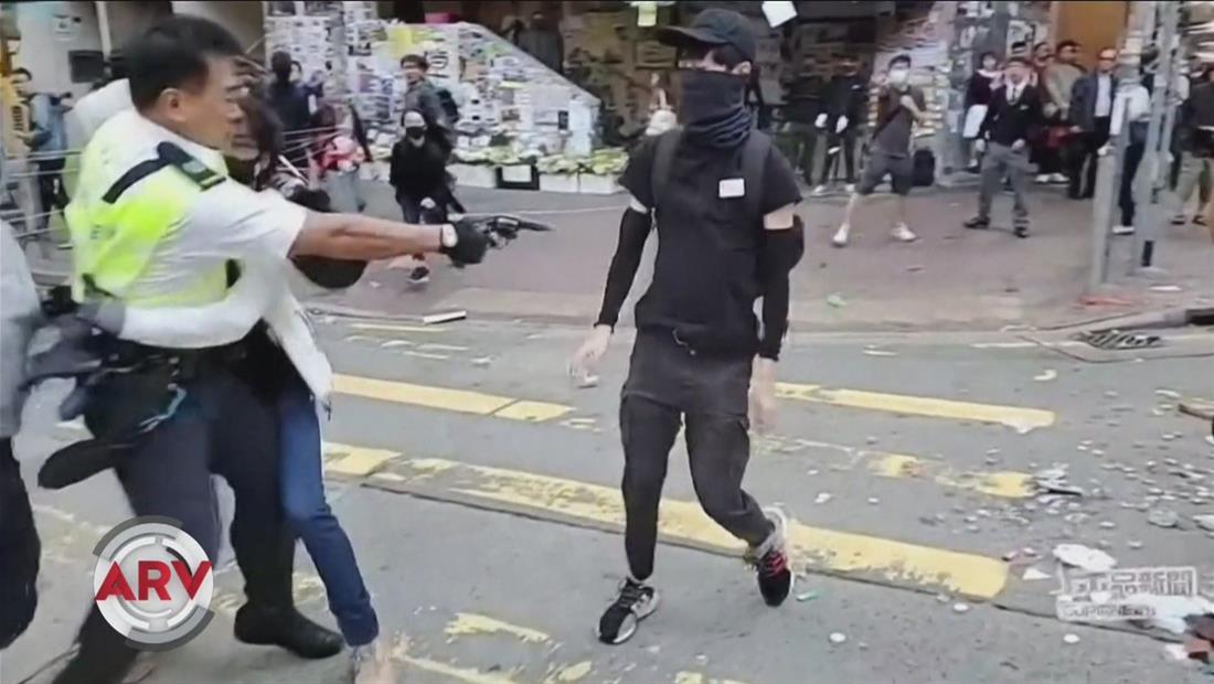 Policía deja herido de gravedad a joven en medio de protestas en Hong Kong