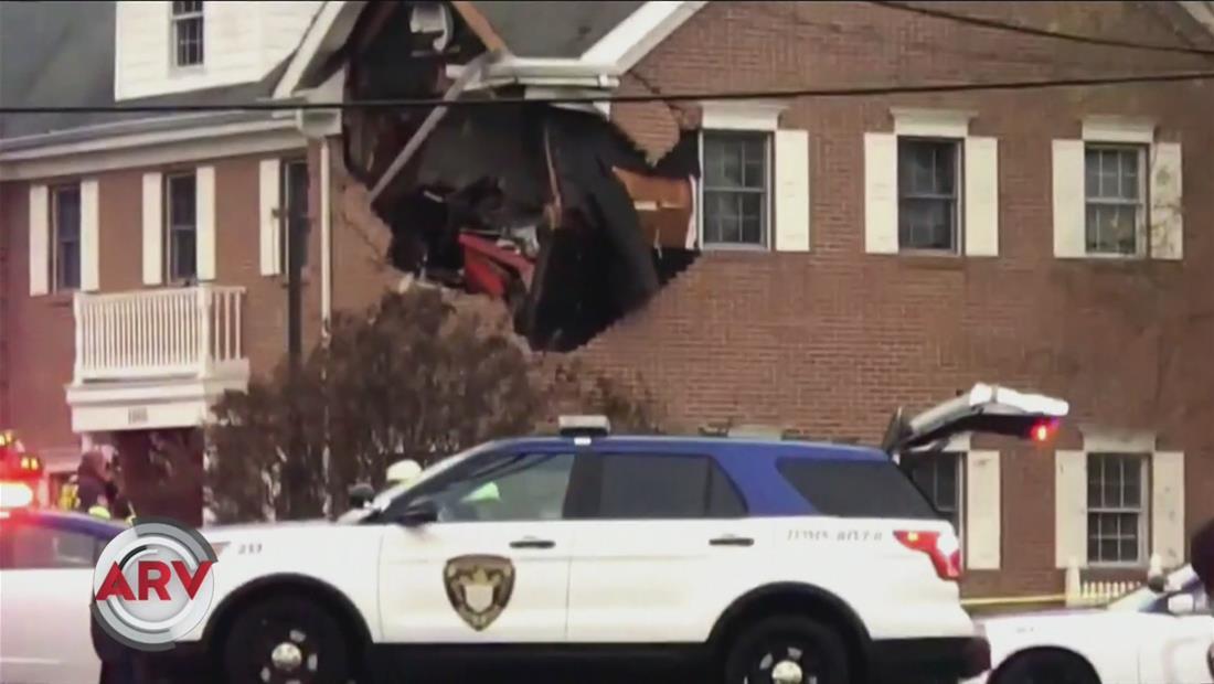 Mueren dos jóvenes después de su auto deportivo quedar incrustado en edificio