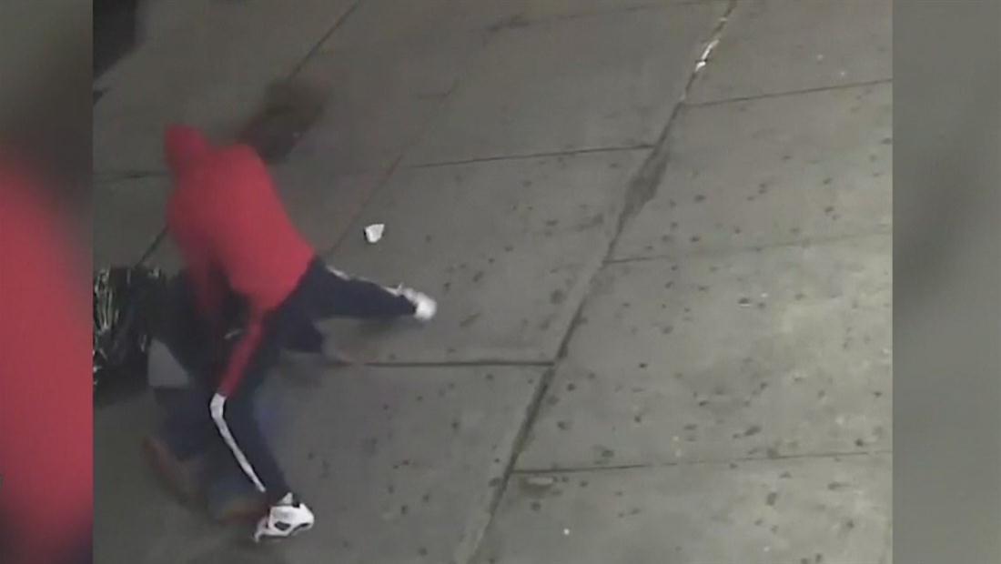Ladrón atacó a golpes y patadas a vender de frutas en Nueva York
