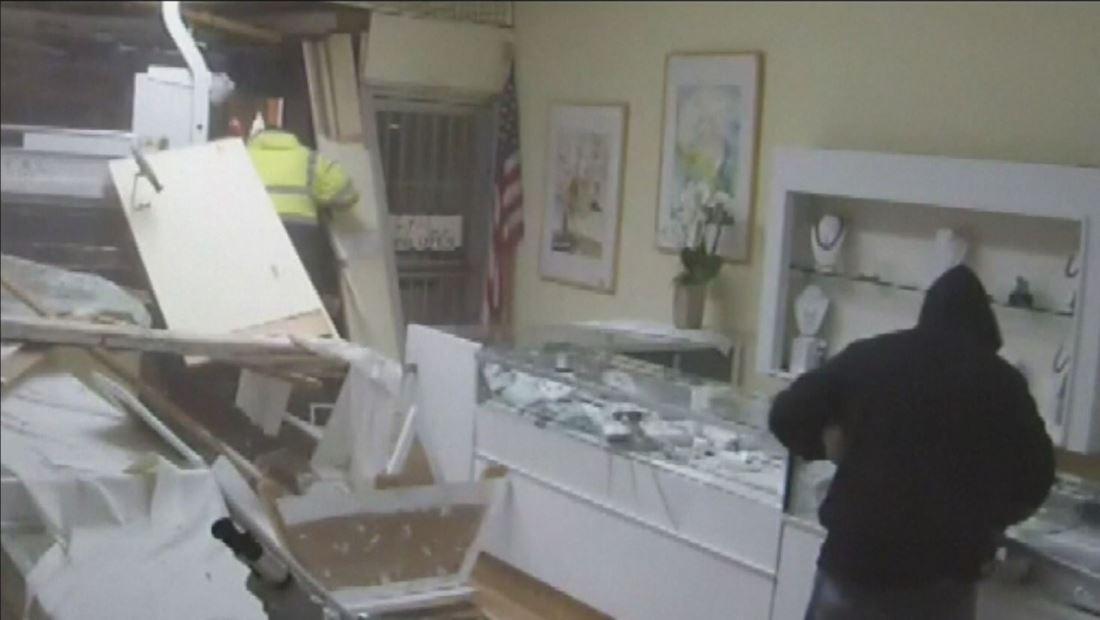 VIDEO: Asaltantes derrumban pared de joyería y roban miles de dólares
