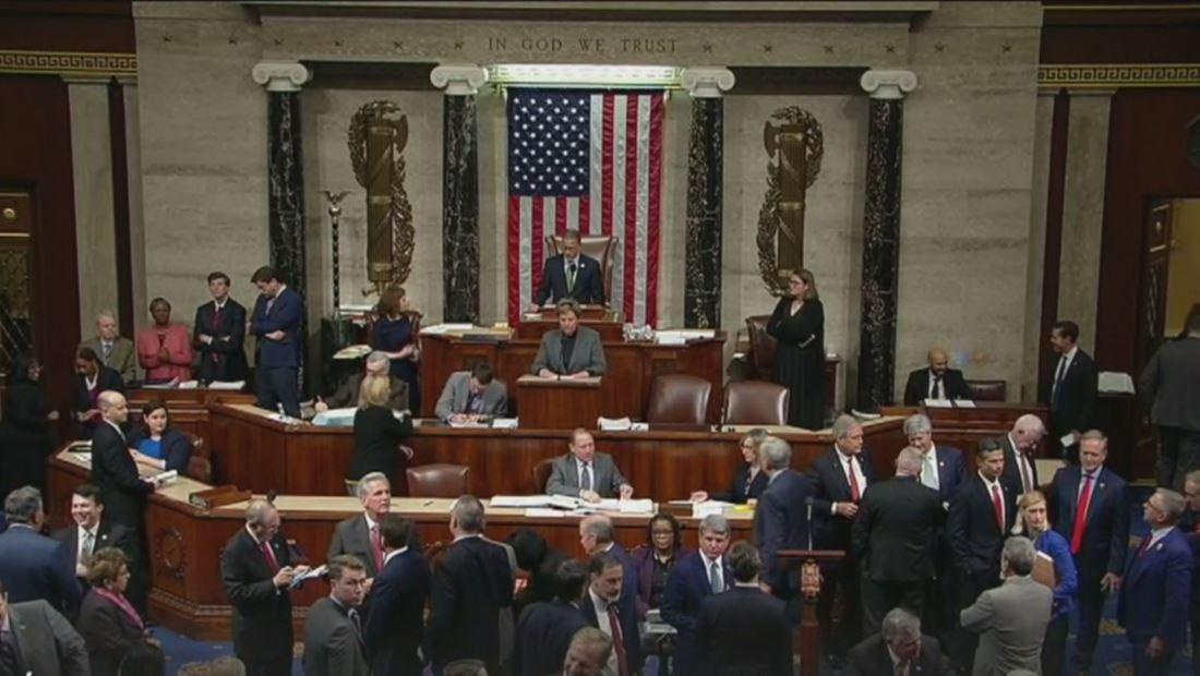 Cámara de Representantes aprueba limitar los poderes militares de Donald Trump