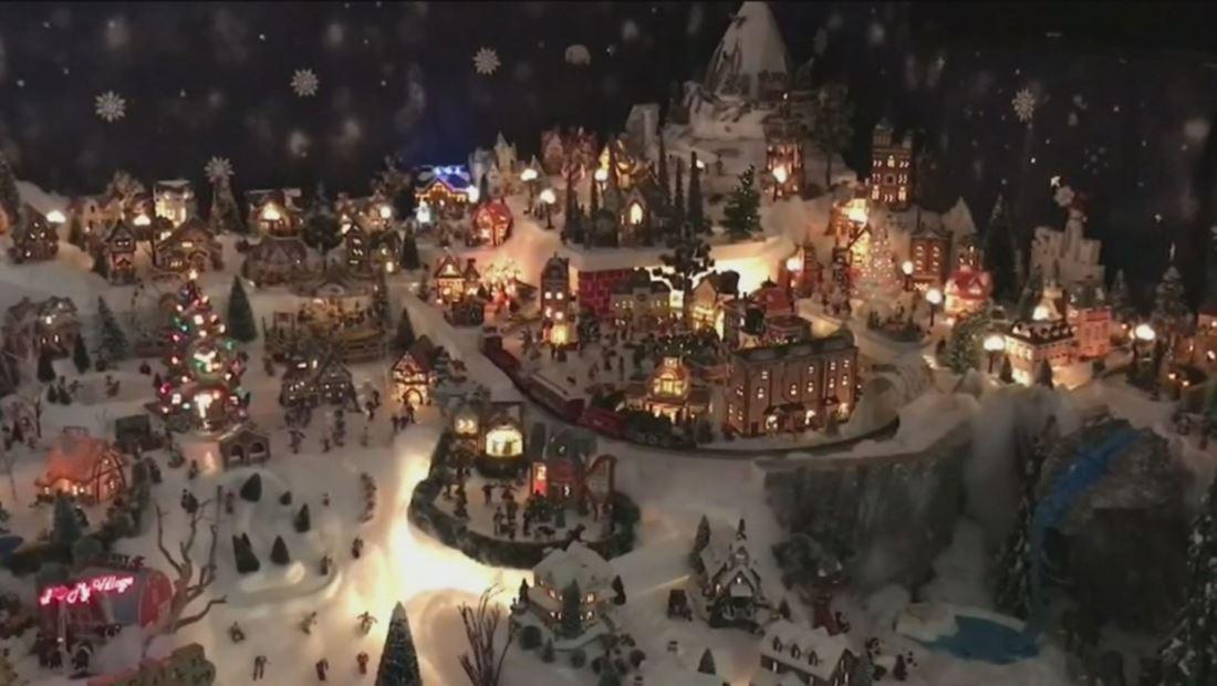 Familia hispana transforma la sala de su casa en un pueblo mágico de Navidad