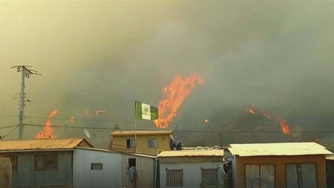 Incendio forestal devora más de 100 viviendas en Chile