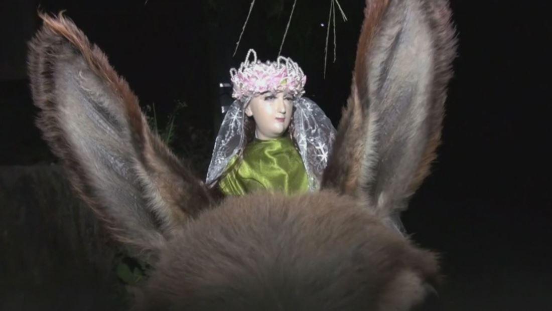 Esta Virgen recorre un pueblo de El Salvador con la ayuda de un burro