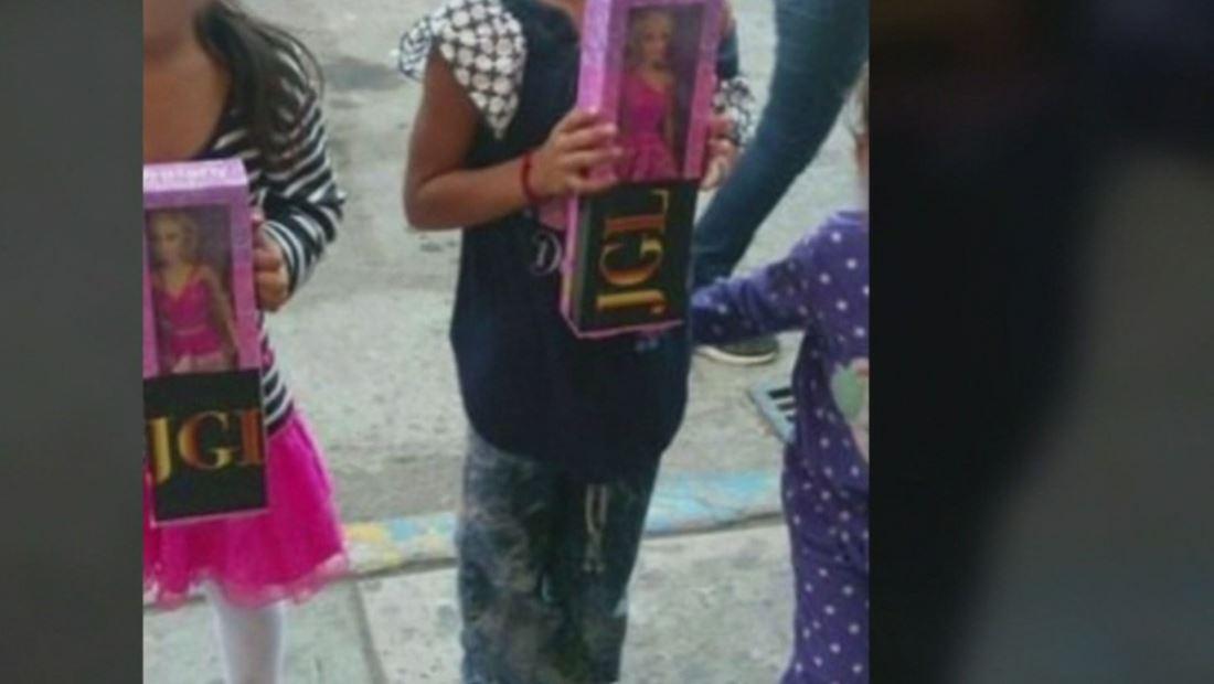 Hijo de El Chapo regala juguetes con las iniciales de su padre