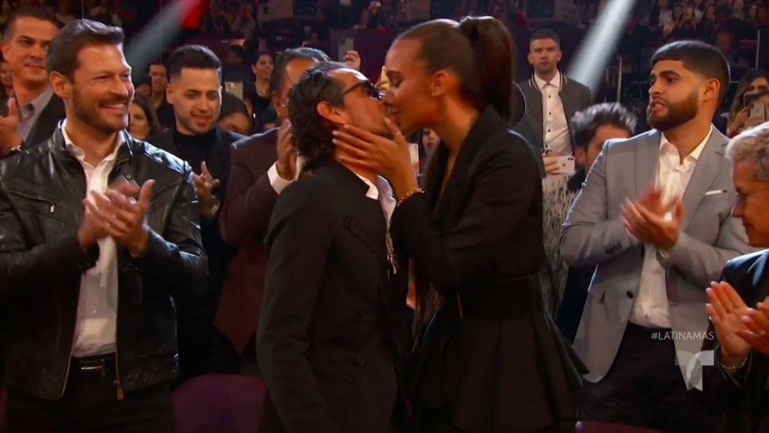 Marc Anthony recibe un sensual premio de parte de su novia | Latin AMA's 2019