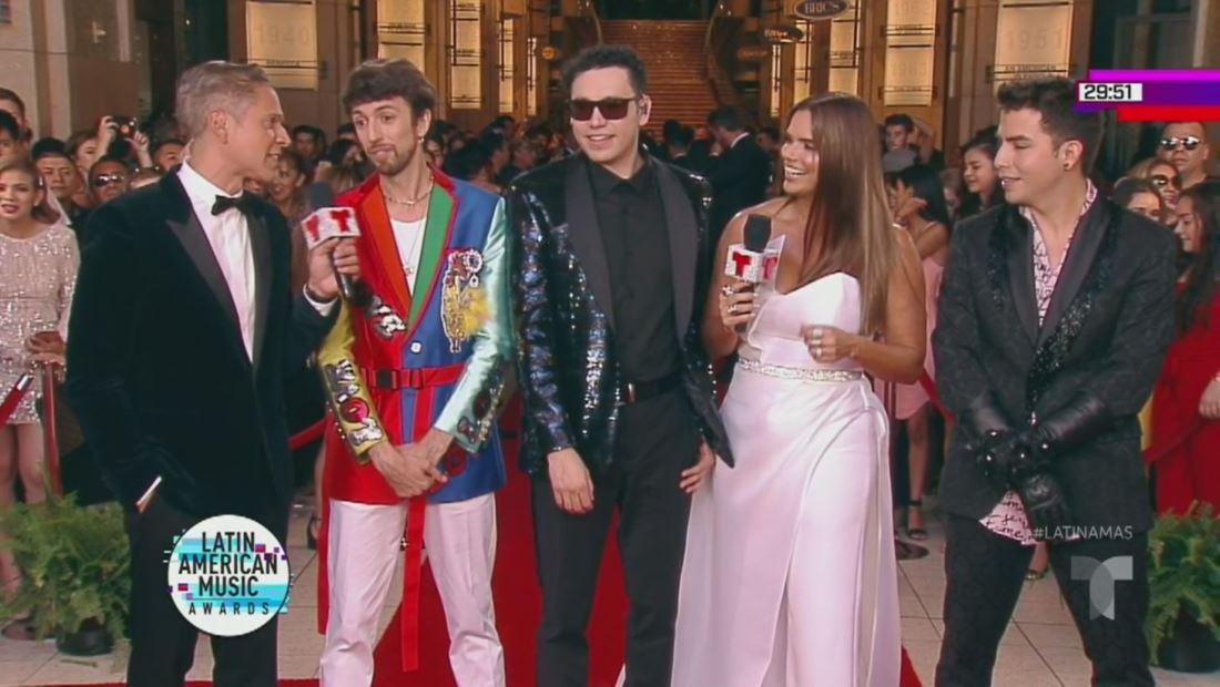 El cantante Esteman se alista para cantar | Latin AMAs 2019