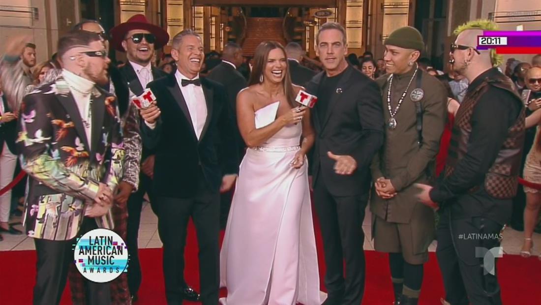 Carlos Ponce y Piso 21 felices en la alfombra roja   Latin AMAs 2019