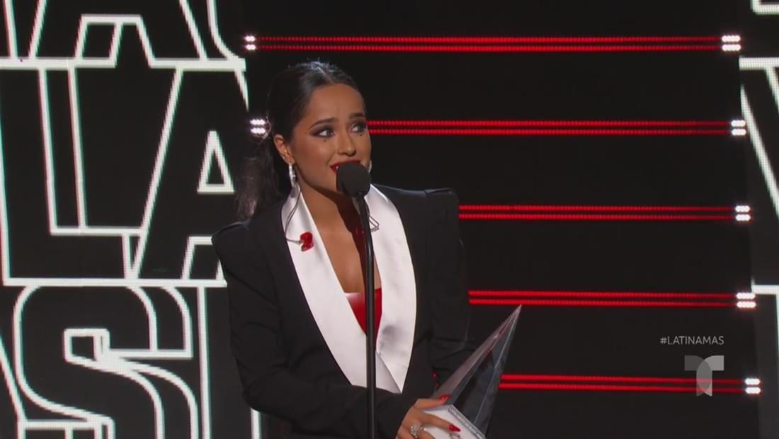 Becky G gana el premio Evolución Extraordinaria en los Latin AMAs 2019