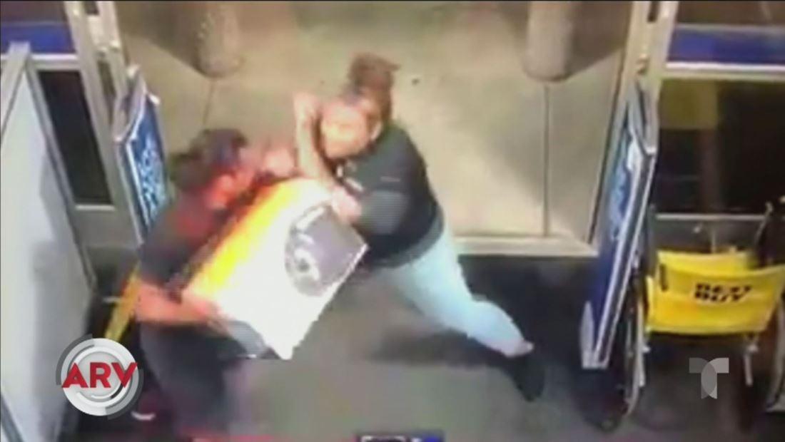 Una mujer derriba a un ladrón para luego caerle a puños