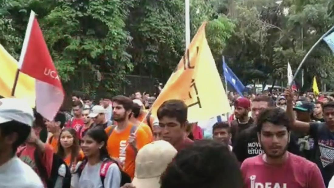 Estudiantes marchan en Venezuela para exigir a los militares que respeten la Constitución