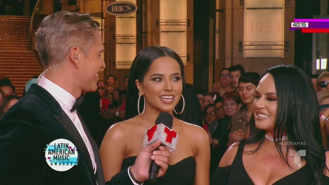 Becky G llega con sus padres a la alfombra roja   Latin AMAs 2019