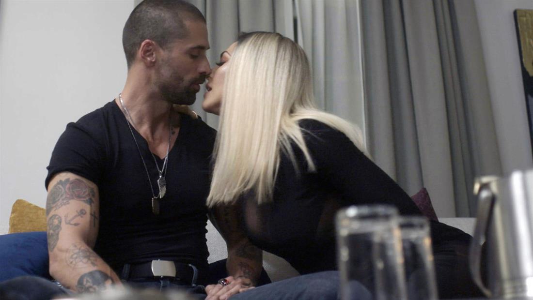 La Doña y Amado se besan