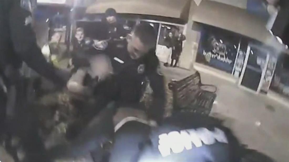 Video muestra a 4 policías arrastrando y golpeando a un joven afroamericano