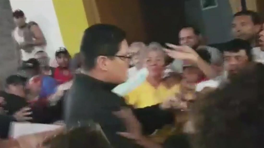 Seguidores del gobierno sandinista atacan a un sacerdote y un monja