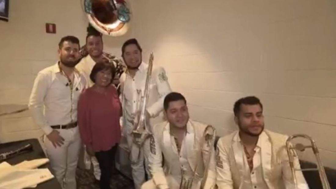 Banda MS apapachan a su fan #1, la abuela Juanita Díaz