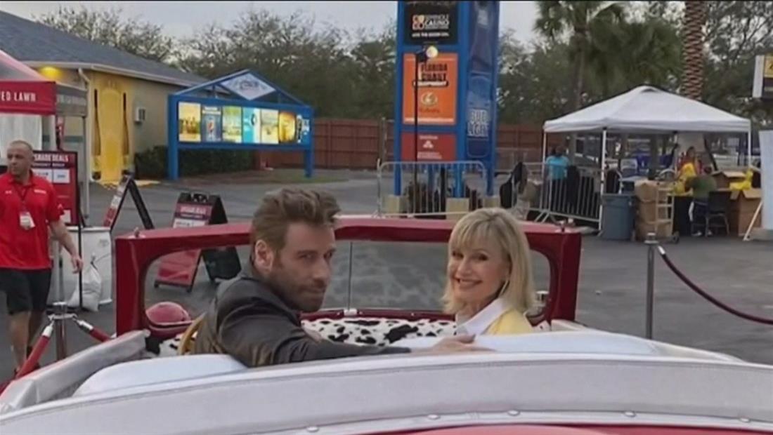 John Travolta y Olivia Newton-John recrean icónica escena de Grease