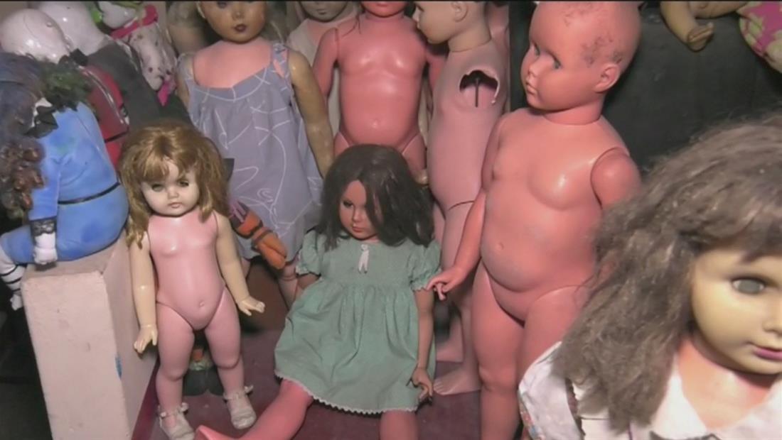 Hombre asegura que su colección de muñecas tiene espíritus atrapados