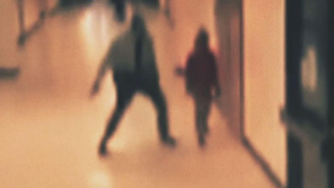 Revelan perturbadoras imágenes de policía lanzando a estudiante contra el suelo