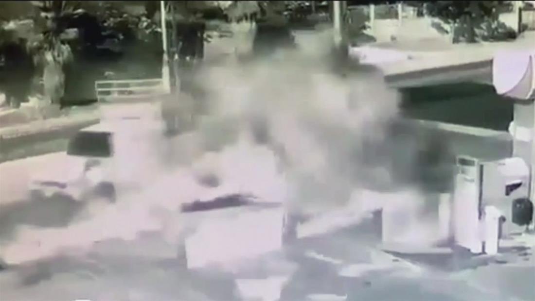 Explota un automóvil al chocar con un surtidor de gasolina en Guatemala