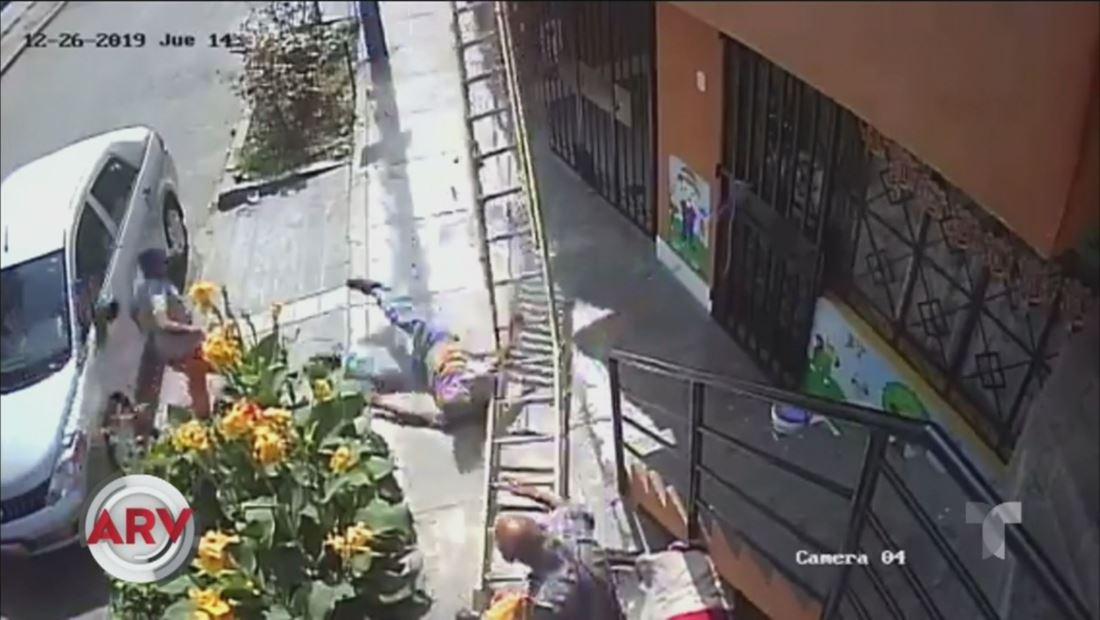 Anciano en silla de ruedas ataca a un pintor en plena calle