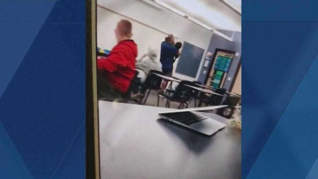 Maestro expulsó a un estudiante de su clase a la fuerza