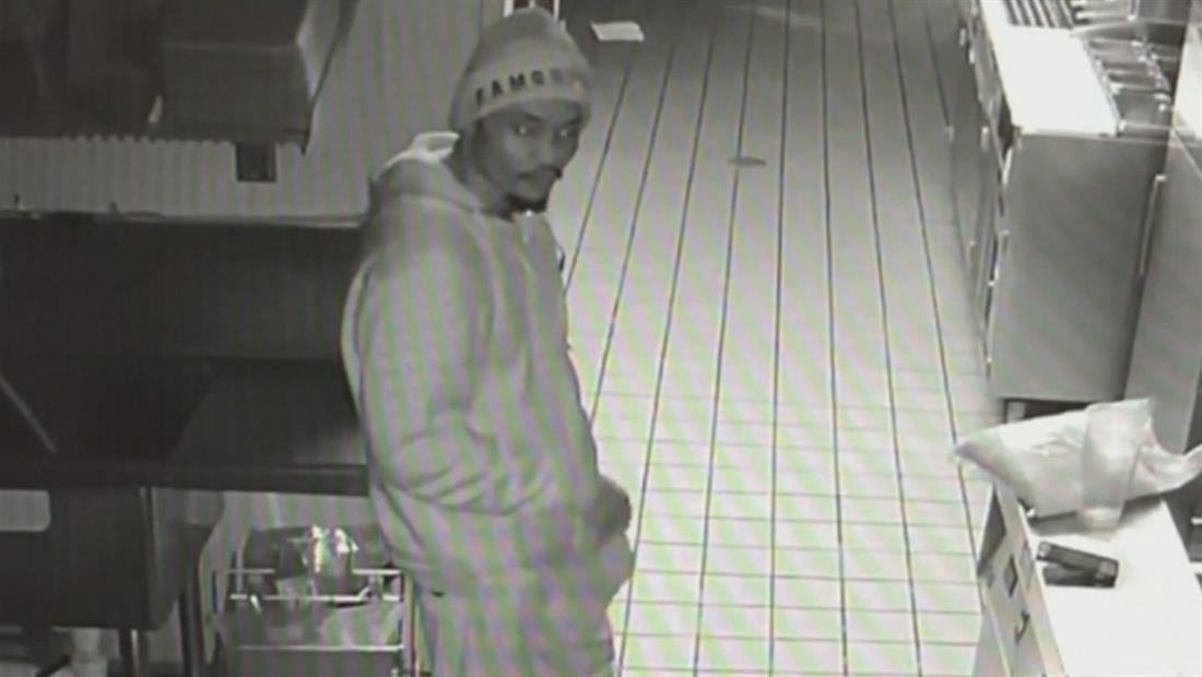 Un ladrón entra a una tienda, se hace algo de comer y se acuesta a dormir