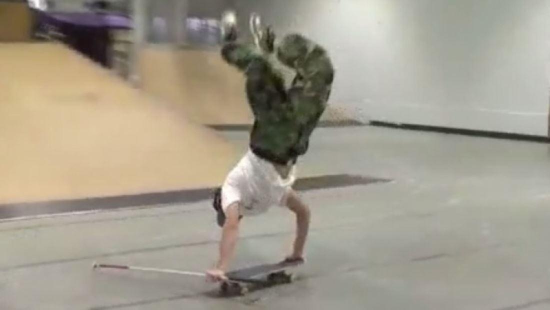 Joven ciego realiza impresionantes piruetas con su patineta