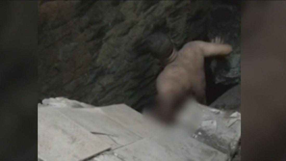 Hombre es tragado por un socavón mientras bañaba a su hija